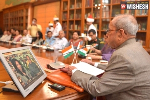 "President Pranab Launches ""Selfie With Daughter"" Mobile App"